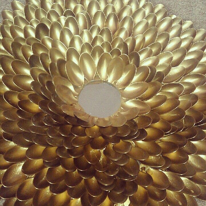 Mirror made of plastic spoons and spray painted gold #mirror #gold #diy