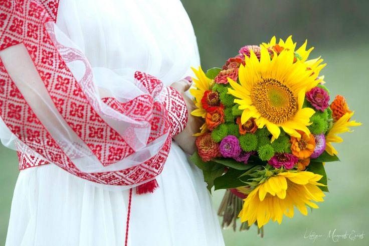 Astăzi nu ne puteam aduce aminte decât de nunta românilor noștri, Monica și Ovidiu. Datorită lor am înțeles ce înseamnă dragostea de țară și de port și, mai ales, ce înseamnă să ai România în suflet mereu.  La mulți ani, români frumoși! Photo credits: Unique moments events. Tortul a fost asigurat de I Do Weddings.