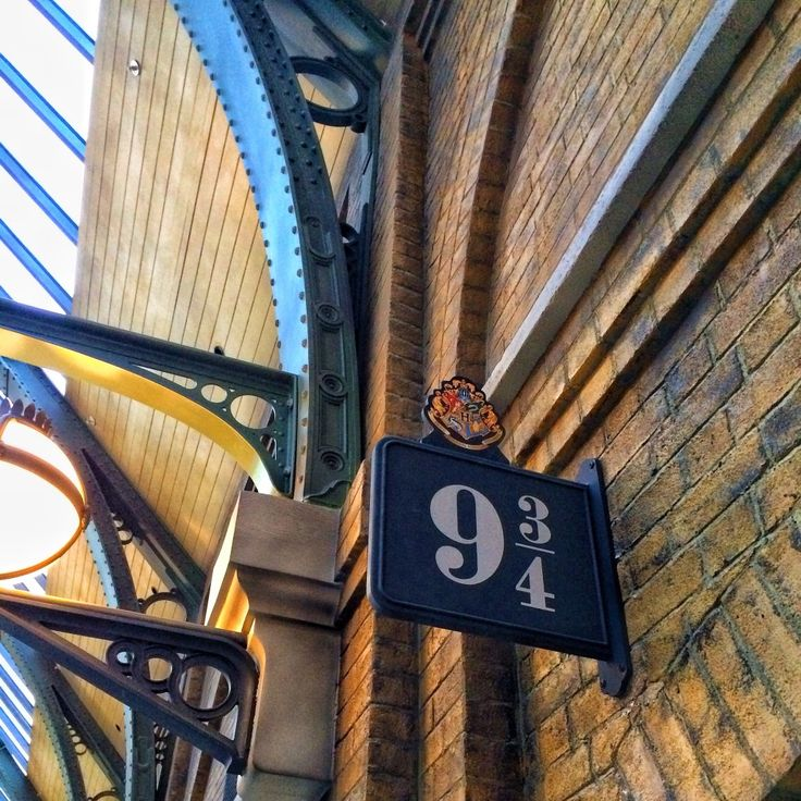 The Wizarding World of Harry Potter - Diagon Alley - Hogwarts Express Kings Cross Station - Platform 9 3/4
