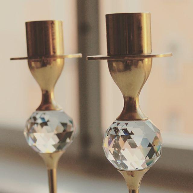 Ljusstakar i mässing med kristalldetalj #vintage #interior #details #brass #chrystal #candlestick