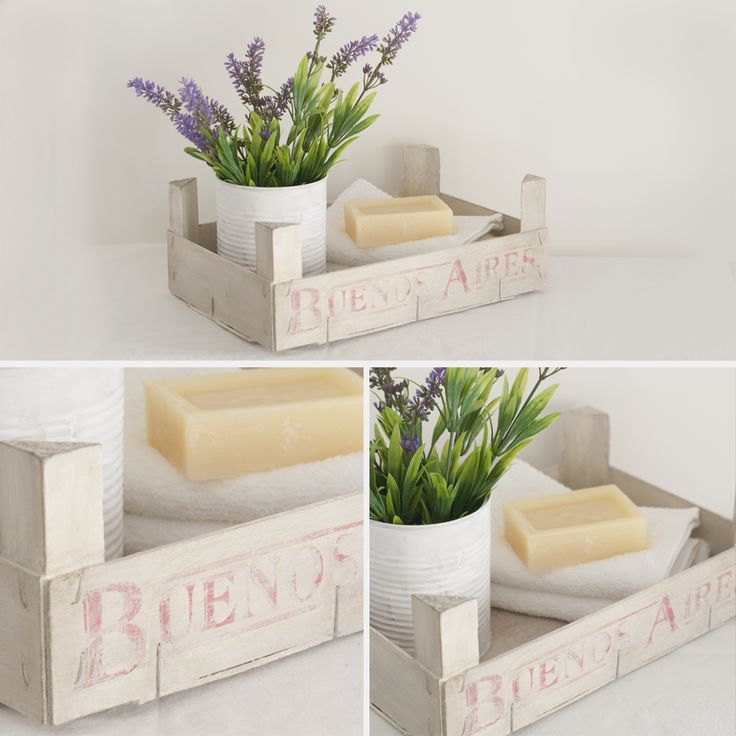 Nos encantan las cajas de fruta vintage, se pueden dar muchos usos deco. Las cajas grandes son ideales para ordenar tus vajillas y platos de loza. También pueden utilizarse para sostener revistas o libros. Caja reciclada en color marfil con estampación. Las letras son las originales de la caja en color rojo.  Medidas: 19 x 29 x 11 aprox.