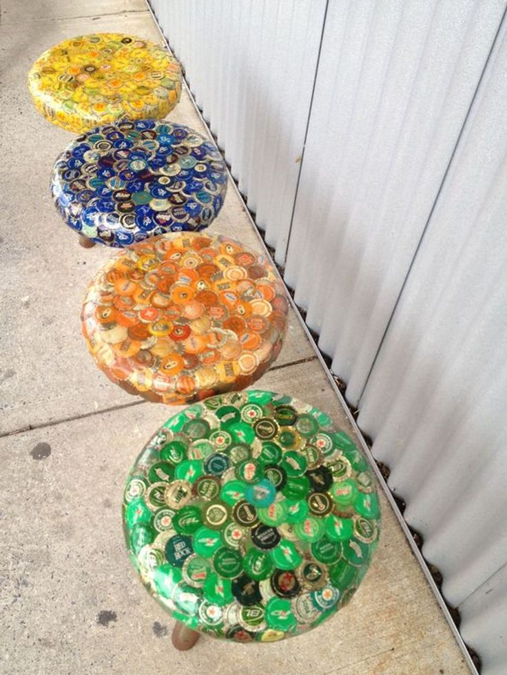 Ideas creativas con chapas de botellas Bottle Cap Table, Beer Bottle Caps, Bottle Cap Art, Beer Caps, Upcycled Crafts, Handmade Crafts, Diy Crafts, Fabric Crafts, Recycled Fabric