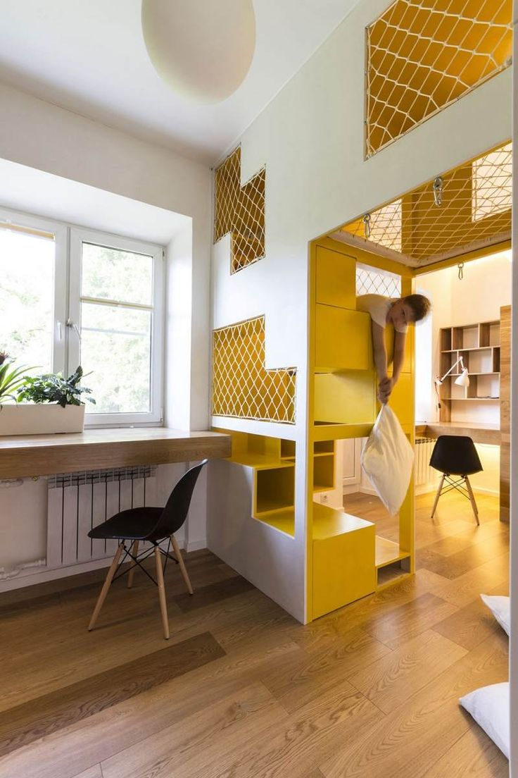 aménagement intérieur d'une chambre enfant bureau en bois et chaise vintage