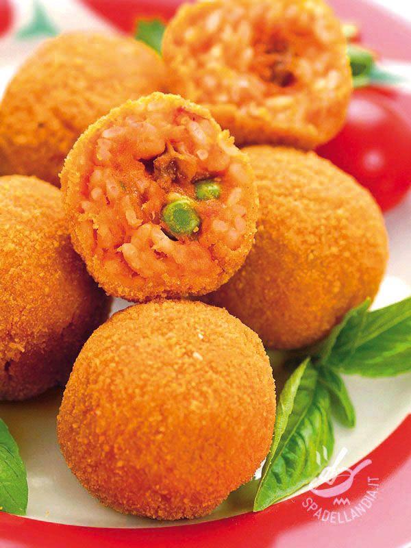Gli Arancini sono una squisitezza davvero irresistibile di origine siciliana famosa in tutto il mondo. Con una farcia saporita e un involucro croccante...