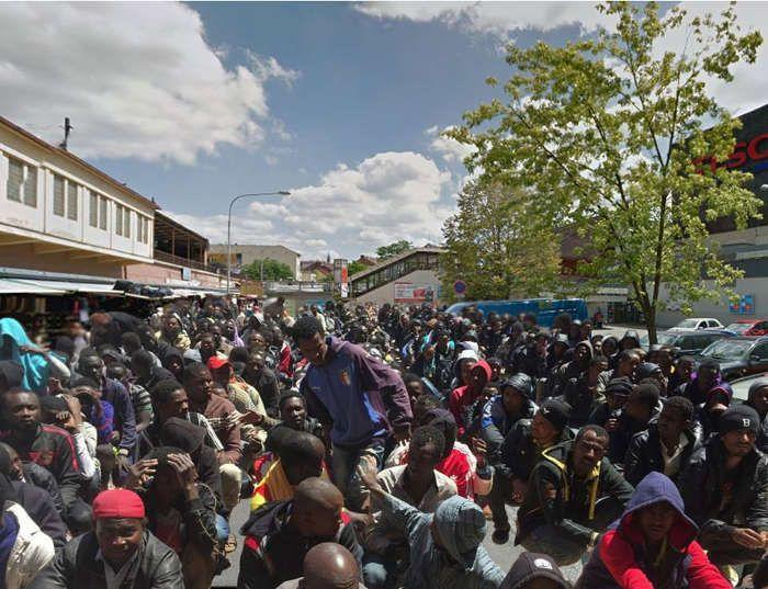 Na sociálnych sieťach sa začala šíriť ďalšia poplašná správa súvisiaca s tematikou migrantov. Ide o fotografiu priestranstva pred obchodným domom v Brne, ktoré je zaplnené množstvom migrantov. Foto...