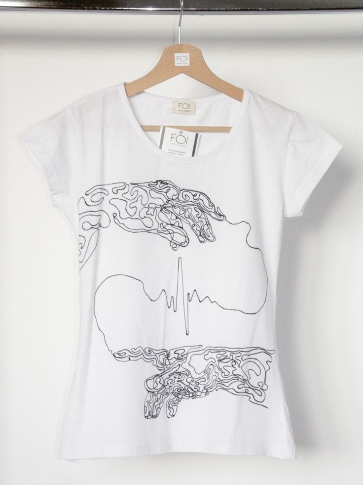 """A hand-painted t-shirt inspired by Michaelangelo's mural """"The creation of Adam"""" - L'art et la mode."""