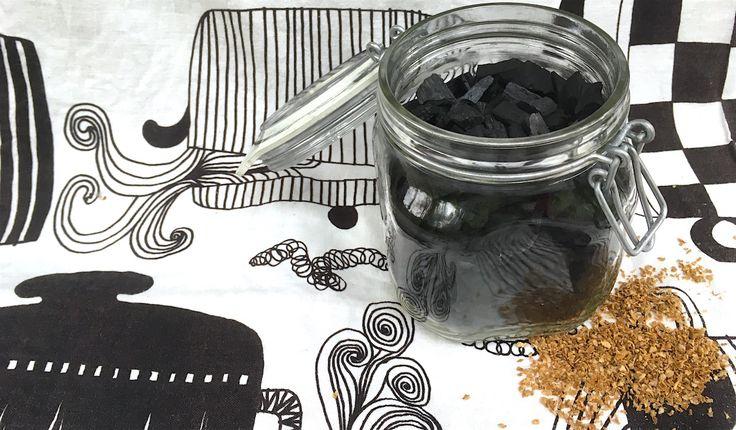 Vil du gjerne lage jord av matavfallet med bokashi kjøkkenkompost, men er urolig for lukt? Lukt i bokashi reduseres enkelt og billig med vanlig grillkull.