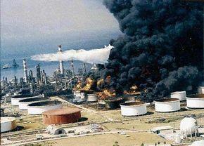Gelmiş geçmiş en büyük depremler !Gölcük Depremi  Deprem sonucu bölgedeki rafineri Tüpraş'ta çıkan yangın günlerce şehri tehdit altında bırakt