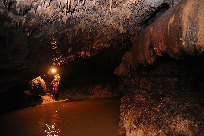 Menuruni Gua Buniayu menjadi contoh penjelajahan alam bebas perut bumi