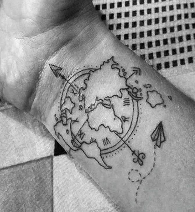 Tatuaggi a tema viaggio: rosa dei venti e cartina del mondo
