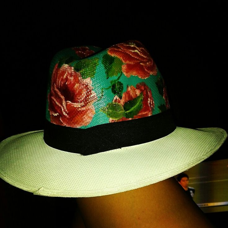 Bello sombrero pintado al óleo .