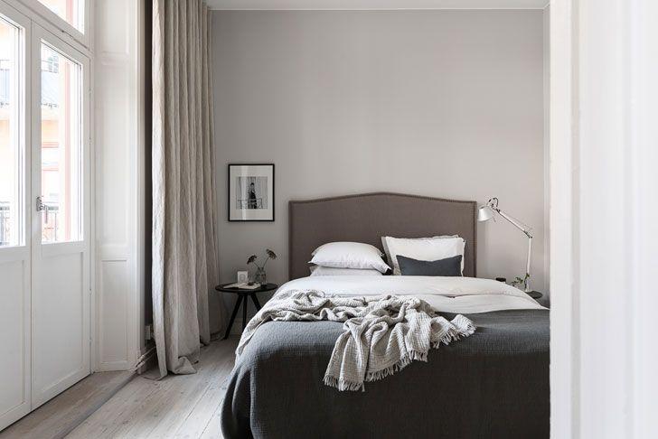 Эта квартира площадью 57 кв. м в Стокгольме — воплощение всего,за что мы любим скандинавский дизайн. Здесь и серый цвет в контрасте с белой основой, и лаконичная стильная мебель а-ля Икеа, и множество рамок с фотографиями и постерами на стенах, и продуманный в деталях декор. А еще великолепная съемка — каждая фотография безупречна, как картина. …