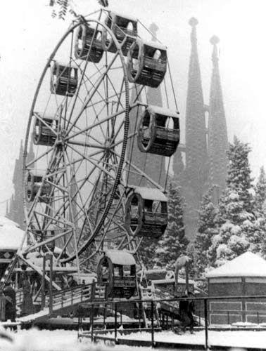 Noria de la Sagrada Familia durante la nevada de diciembre de 1962. Barcelona.