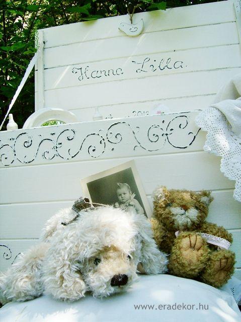 Provence-i stílusú, antikolt fehér névre szóló játéktároló láda. Fotó azonosító: JATNORFEH05