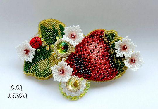 Olga Snetkova is a russian beadwork artist. She makes beautiful beaded jewelry in different technics