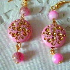 Bijoux fantaisie : boucles d'oreille perle ronde rose et dorée et petites perles rose marbrée marron
