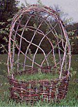 Плетеная корзина-клумба с навесом-опорой для вьющихся растений - ideidetsploshad.info