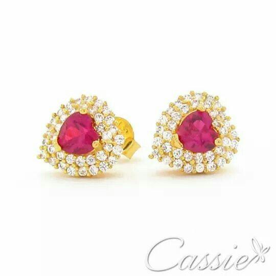 Brinco Affetto Rosa folheado a ouro cravejado de micro zircônias com a central na cor rosa.  Temos na cor Azul e verde também.  OFERTA DIA DAS MÃES: R$ 59,90  Aproveite as Ofertas do Dia das Mães até 30% de desconto.  #Cassie #semijoias #acessórios #moda #fashion #estilo #inspiração #tendências #trends #brincos #olhogrego #brincoslindos #love #pulseirismo #lookdodia #zircônias #folheado #dourado #brincoleque #brincoleve #colar #pulseiras #berloques #charms #maxibrinco #anellove #diadasmães…