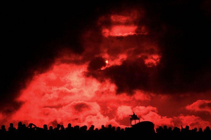 Un gruppo di persone assiste all'#eclissi di Sole totale che è stata osservata in tutta l'#Indonesia e nell'#OceanoPacifico il 9 marzo. Il fenomeno è stato celebrato da decine di migliaia di persone con feste e riti tribali. L'evento ha richiamato l'attenzione degli #astronomi, per i quali è l'occasione per studiare la corona solare.