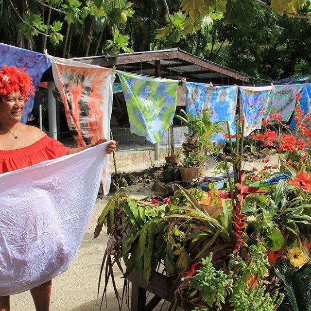 📸: Polynesian Culture ➡️ spend the day meeting and learning a few tips from the locals 💕  www.thegirlswhowander.com  #thegirlswhowander #borabora #tahiti #frenchpolynesia #pareo  #sarong #photography #travel #instatravel