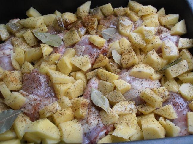 Zapečené kuracie stehná so zemiakmi a omáčkou z jedného plechu. Fantastická pochúťka pre celú rodinu | Chillin.sk