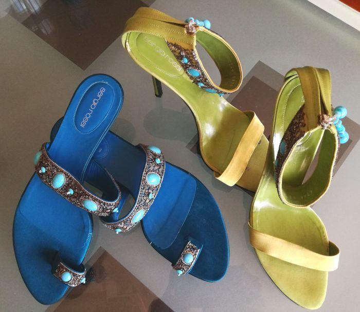Sergio Rossi set-kralen en silk sandalen  Deze set bevat:1e-silk groene Sergio Rossi sandalen met blauwe beadsand zipp aan achterkant.In goede conditie zoals u kunt zien op de foto's maar gebruikt.Gelieve te kijk binnenkant aan voorzijde sommige enkele merken van op groene zijde maar wanneer het gebruikt is niet ziet de voet is over die.Maat 385Hak van 10 cmMateriaal: Leder en zijde2e-silk blauwe Sergio Rossi sandalen met blauwe beadsandNieuwe zoals u op de foto's zien kunt.Maat 385Hak van…