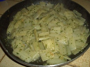 Les côtes de blettes à la sauce blanche : une recette facile : Tout est bon dans la blette ! On cultive en effet cette plante potagère pour ses feuilles et pour ses côtes. Nous vous proposons de découvrir comment cuisiner les côtes de blettes à la sauce blanche.
