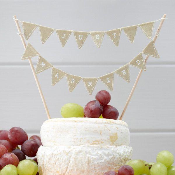 Splendide petite guirlande décorative pour le gâteau des mariés. Guirlande réalisée avec de petits drapeaux triangulaires entoile de juteavec les lettres énonçant «Just Married» immprimées en blanc.