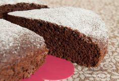 La torta all'acqua al cacao è un delizioso e soffice dolce preparato senza uova, senza burro e senza latte, pttima per chi è a dieta o per gli intolleranti.