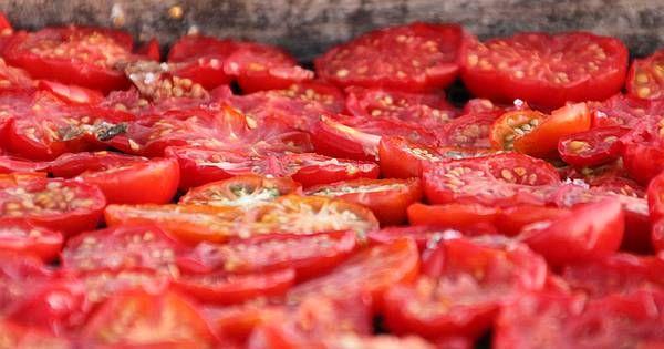 Nach der Erntezeit hast du zuhauf Tomaten, die du verwerten willst? Mit diesen Tricks kannst du sie haltbar machen und Leckereien daraus zaubern.
