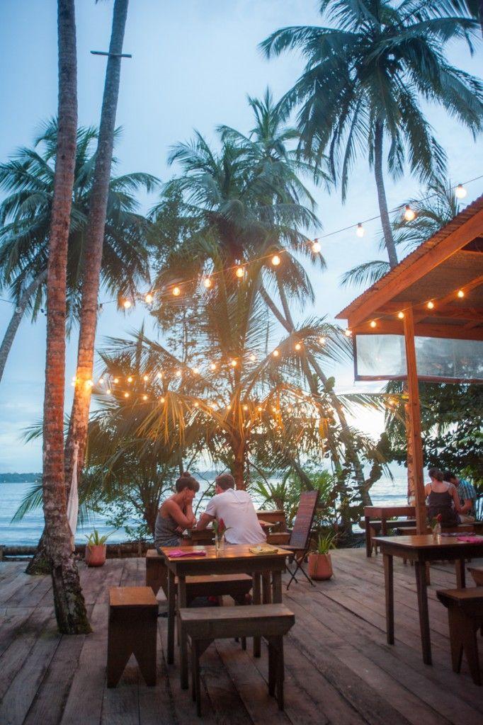 Visiter le Panama, une destination à ne pas manquer (Detour Local) -> Isla Bastimiento dans Bocas del Toro, bière à la main au coucher de soleil www.detourlocal.com/que-faire-panama-destination/