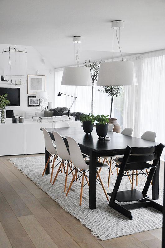 Black and White Dining Room Design - http://www.interiorredesignseminar.com/interior-design-ideas/black-and-white-dining-room-design/