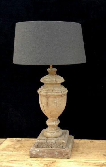 Fraaie landelijke lampen. De lampen zijn gemaakt van oud hout. De lampen kunnen geleverd worden met een kap naar keuze.