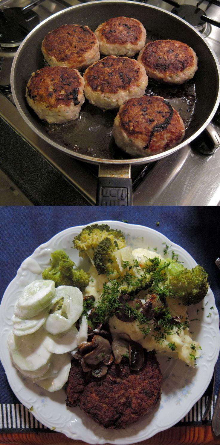 Pyszne kotlety mielone, czyli polski standard. Jedno pytanie się nasuwa... czy jak u mamy? A to zależy od naszych chęci! :) Kotleciki z mięska indyczego to najlepszy sposób na zdrowy i pełnowartościowy obiad, po zjedzeniu którego nasze brzuchy zamruczą z zachwytu. Do mięsa mielonego dodajemy jajko, bułkę moczoną w mleku, cebulę, podsmażane pieczarki i dużo ziół!