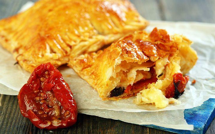 Kurutulmuş domatesli, tulum peynirli milföy tarifi, dondurulmuş milföy hamurlarından zahmetsizce hazırlayabileceğiniz pratik bir kahvaltılık.