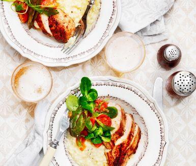 Ett recept med härliga smaker där vitlöken till den stekta kycklingen och Västerbottensosten i risotton sätter sin tydliga prägel. Körsbärstomater och salladsmix i olja och balsamicovinäger passar utmärkt som tillbehör. Utsökt!