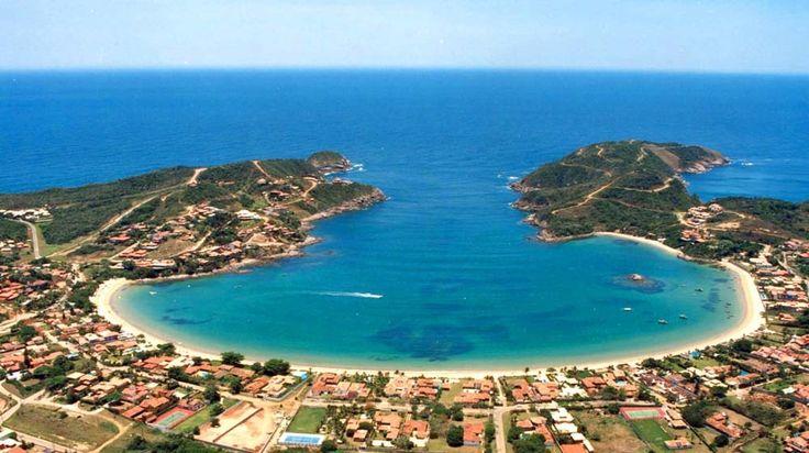 Бразилия: Бузиос  Прекрасный Бузиос, известный на весь мир благодаря неповторимому сочетанию провинциального шарма и первоклассной инфраструктуры, уютно расположился на солнечном полуострове в Атлантическом океане. На 17 прекрасных пляжах Бузиоса можно не только приобрести ровный красивый загар, но и позаниматься водными видами спорта, завести множество совершенно ненужных знакомств, и провести приятные часы, наблюдая закат (как-никак все дискотеки открываются не раньше 11 вечера)…