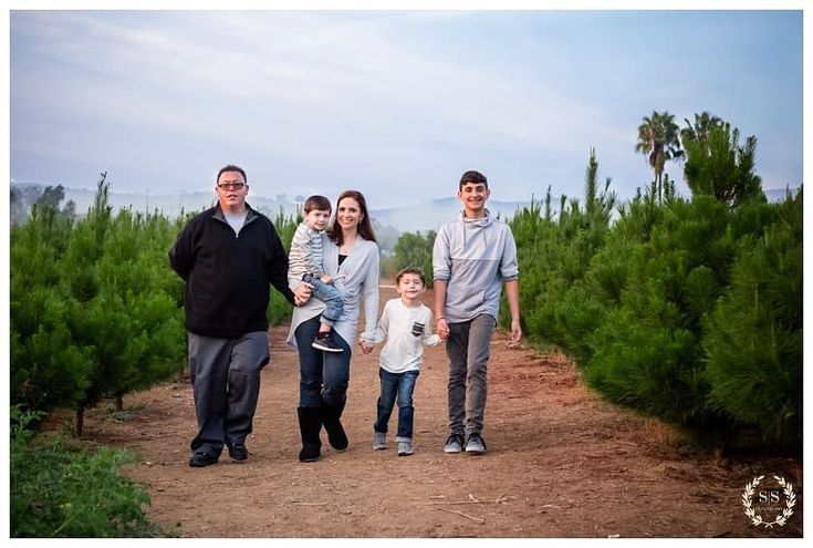 Is there anything better than family and Christmas tress for the holiday season!? @peltzerpines  #sandiegophotographer #christmasintemecula #temeculaholidayphotos #temeculaphotographer #irvinephotographer #irvinephotography #bestirvinephotographer #topratedphotographer #holidayminis #familyphotos #sandiegophotographer #wilsoncreekwinery #temeculaphotographer #temecula #family  #holidays #lagunabeachphotographer #lagunabeachphotography #lagunafamilyphotographer #beachphotography…
