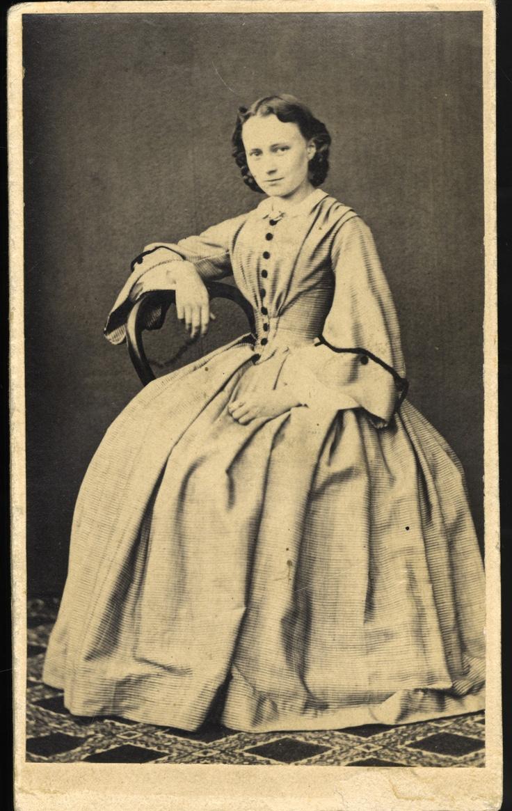 Minna Canth nuorena. Kuva on otettu vuosien 1862 ja 1865 välisenä aikana. Kuvaajaa ei tiedetä.