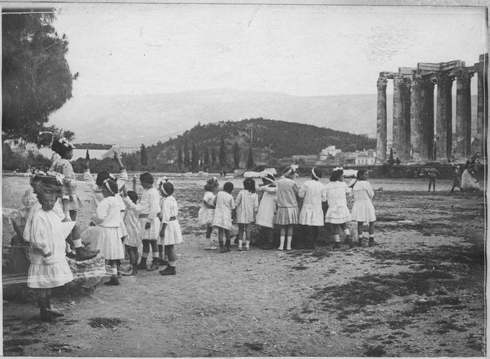 Opérateur C ; Machard, Pierre (photographe) Grèce ; Attique ; Athènes Temple de Jupiter. Avril 1918 Groupe d'enfants endimanchés