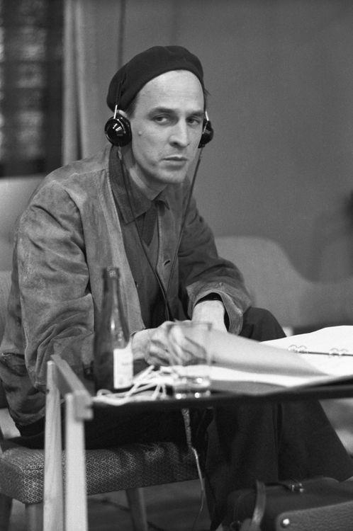 Ingmar Bergman (Upsala, Suecia, 14 de julio de 1918-Fårö, Suecia, 30 de julio de 2007) fue un guionista y director de teatro y cine sueco. Considerado uno de los directores de cine clave de la segunda mitad del siglo XX, es para muchos, el cineasta más grande de la historia del cine.