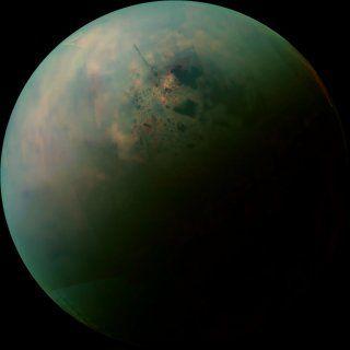 タイタンは土星最大の衛星で、直径約5150km。窒素とメタンの分厚い大気に覆われ、地表温度はマイナス170度。地球のような水循環はないものの、メタンなどの炭化水素が液体状態で存在していると考えられている。特にカッシーニ土星探査機のこれまでの観測で、タイタンの北極には多数のメタンの湖が集中して存在していることが確認されている。