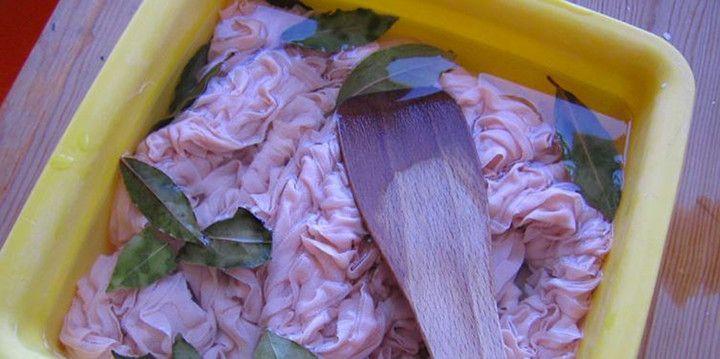 Chyba każdemu z nas przydarzyła się sytuacja, gdy po zrobieniu białego prania okazuje się, że w pralce zawieruszyła się kolorowa skarpetka... I w jednej chwili nasze śnieżno-białe ubrania robią się na przykład różowe.    Jest jednak sposób,