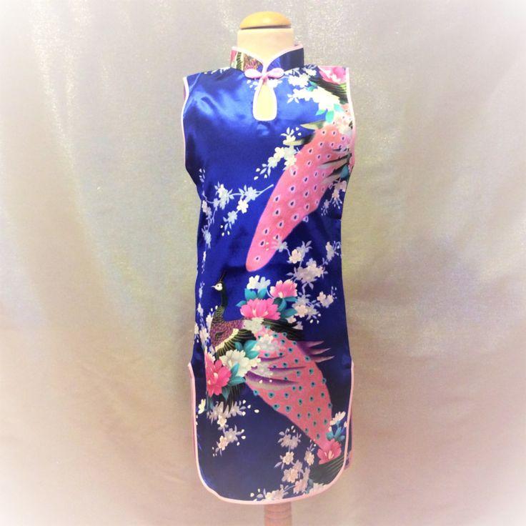 Blauwe Chinese jurk met 1 knoopsluiting op de hals. Smal model met rittsluiting onder de oksel in het zijpand. 100% polyester zonder stretch.  Model: Mulan