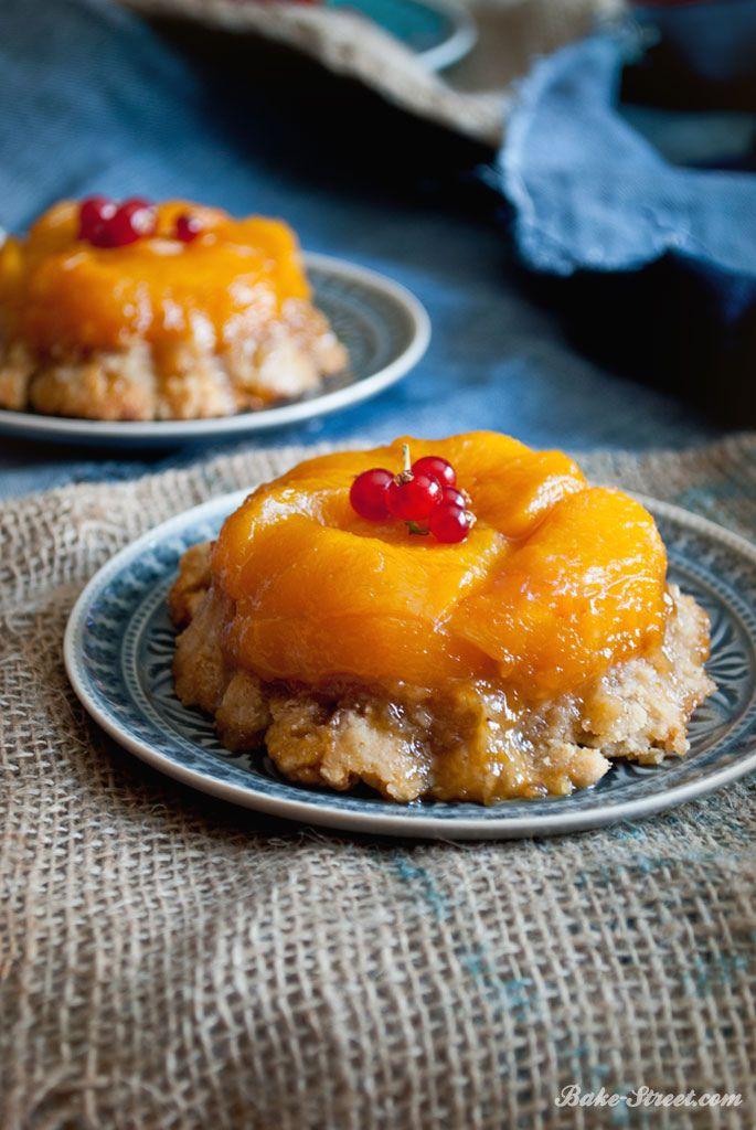 Peach Tarte Tatin es una versión de la clásica tarta tatin de manzana pero con melocotón en su lugar. De formato individual y con una masa sablée de canela.