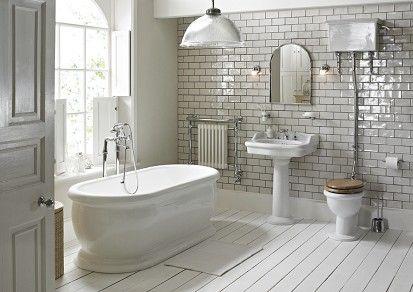Nostalgische badkamer met gietijzeren vrijstaand bad en toilet met hooghangend resevoir