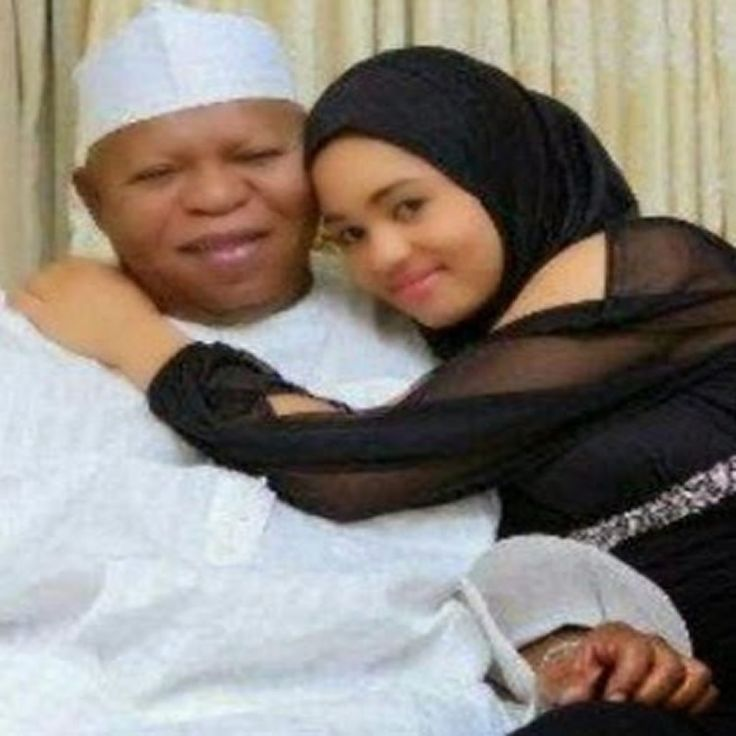 EX KOGI GOV AUDU ABUBAKAR MARRIED A VERY YOUNG LADY – Demtalk.com – Some said she was his (him – being former governor of Kogi, Audu Abubakar) new wife, others said she was his daughter. New pic has been released to clear the confusion. That's his new wife. Her name is (supposedly) Olivia and she's University of Jos undergraduate. #auduabubakar #formergovofkogi #olivia