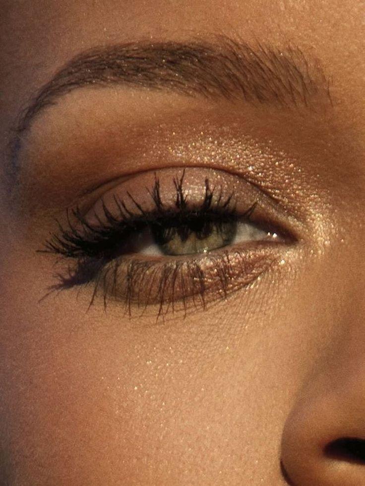 rokerige ogen, gewaagde lippenstift en nailart. Mooie, natuurlijke make-up