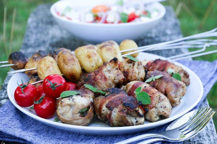 Baconsurret kyllinglår med gresk salat og tzaziki