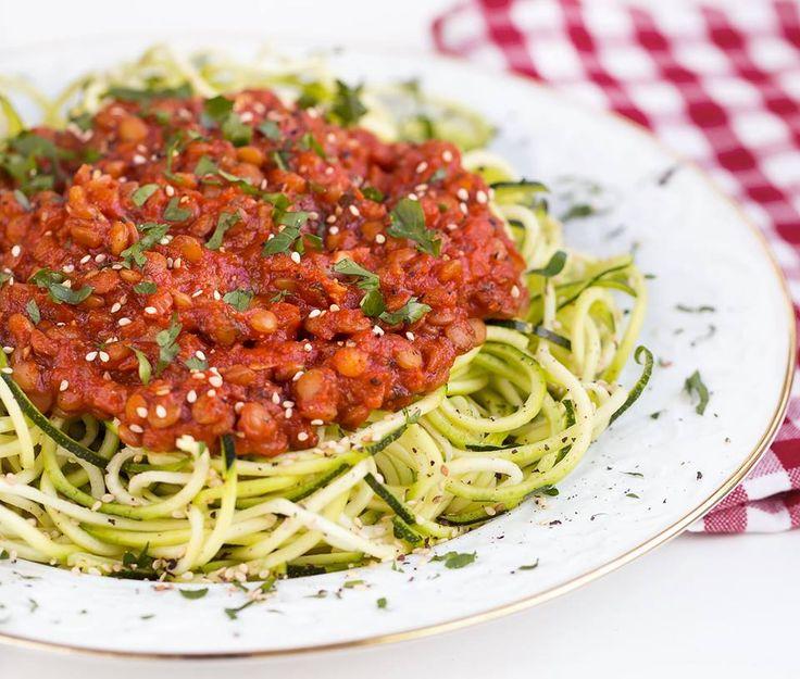 Dieses leckere und frische Zucchininudeln Rezept ist vegan, glutenfrei, fettarm und enthält eine gute Portion Eiweiß. Fitness-Food vom Feinsten!